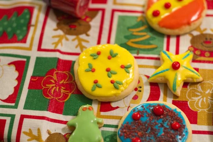 12-20-10 cookie decorating (7)