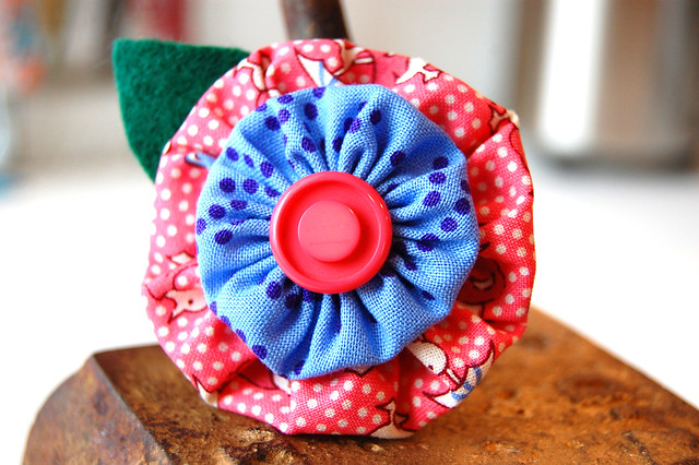 Yo-yo flower pin