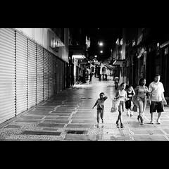 Marisa & Famlia. (Fernando Delfini) Tags: family people bw white black familia branco night lights famiglia sopaulo centro pb preto bn sampa sp fernando fotografia bianco nero povo delfini centro rol fernandodelfinifotografia