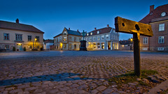 Pillory with Town Square (iharsten) Tags: pillory townsquare oldtown gamlebyen fredrikstad norway september 2016 bluehour frederikii