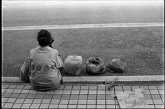 Street Life III (+pelican+) Tags: 35mmfilm petalingstreet rm nikonfe2 kodaktrix400 autaut negativescanned carlzeissplanar50mmf14zf malaysianpeople 35mmfilmphotographer thanxsuhaimisallehforthescan singlelensreflectcamera petalingstreetshot