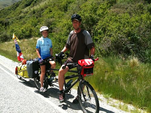 タンデムで旅をするカナダ人親子のロブさんとクリオールちゃん(12歳)