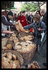 Vendiendo Pan (jpferre2007) Tags: plaza market feria fiestas medieval pa mercado invierno pan festes fira panadero mercat panaderia plaça castelldefels hivern cliente forn