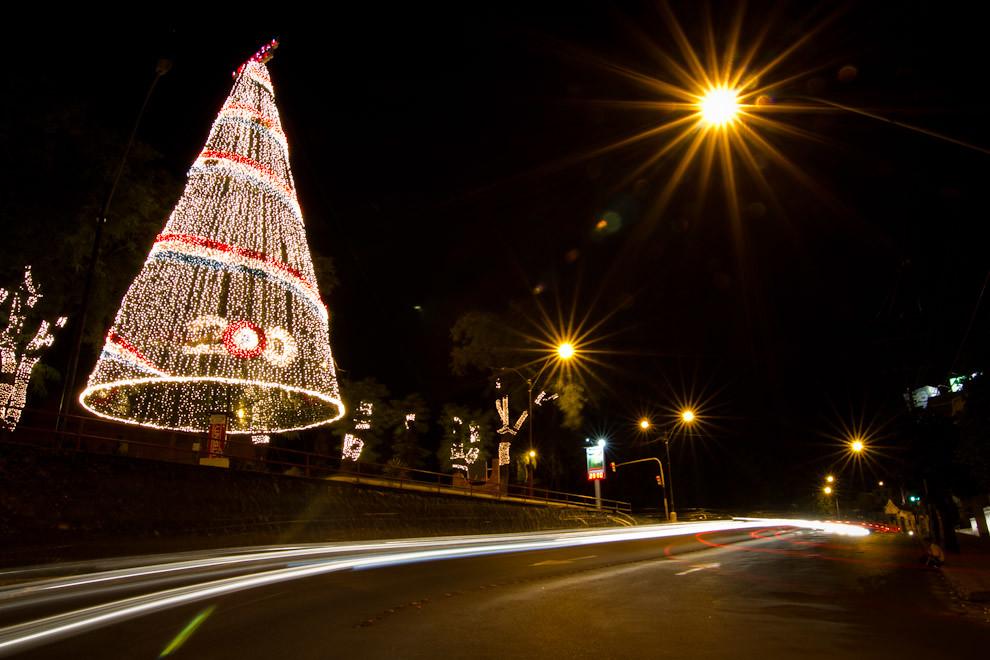 Un enorme árbol de  Navidad adornado con muchas luces, anuncia la llegada del Año del Bicentenario de la Independencia de la República del Paraguay, 1811-2011. (Tetsu Espósito - Asunción, Paraguay)