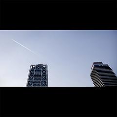 Las Mapfre (Guillermo Portillo) Tags: azul ciudad cielo frio avion torres despegue mapfre