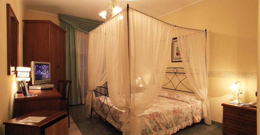 in questa fotografia una camera con letto a baldacchino