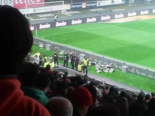 Cadeiras arrancadas pelos adeptos do Guimarães no Estádio Axa