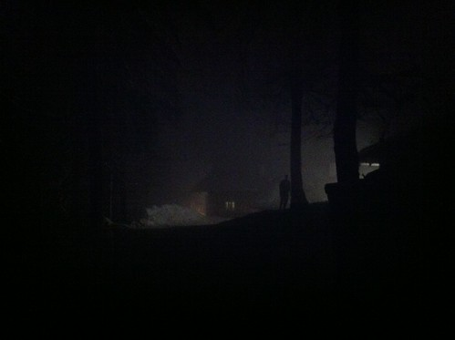 Die Martinshütte am Kramer im abendlichen Nebel