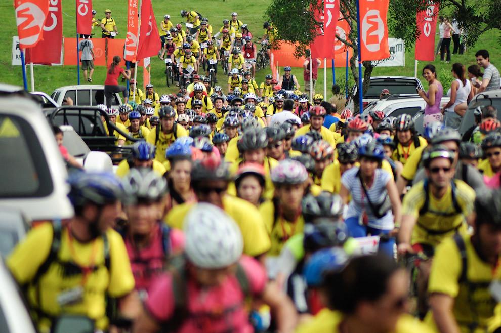 Ciclistas partiendo hacia la aventura que los mantendrá exigidos durante aproximadamente 5 horas, la carrera comenzo a las 09:00 puntualmente y el primer equipo llego a las 14:00 hs. (Elton Núñez - Piribebuy, Paraguay)