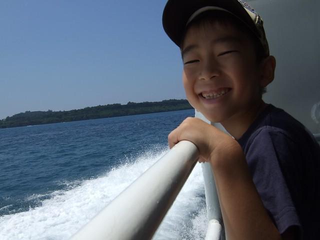 水納島へ船で向かう