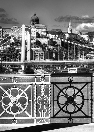 Rail and view of Budapest. Barandilla y vista de Budapest.
