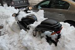 Moto coberta de neve na rua