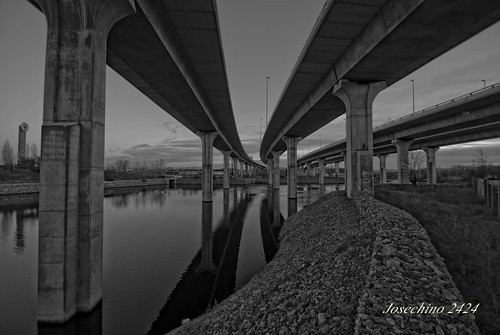 Debajo de los puentes.