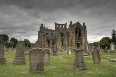 Melrose Abbey (fuerst) Tags: uk greatbritain travel friedhof abbey grave graveyard scotland tomb tombstone ruin ruine melrose grab grabstein cistercian kloster reise schottland kirkyard gotisch kirchhof scottishborders gothicstyle abtei zisterzienser grosbritannien canoneos1000d