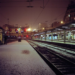 Les intempries rendent les sols glissants, soyez prudents lors de vos dplacements (philoufr) Tags: snow paris 6x6 station night train square quay neige nuit quai sncf yashicamat124g garesaintlazare epsonperfectionv500photo carrfranais kodakportra8001600