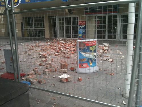 前夜の地震で建物から崩れたレンガ