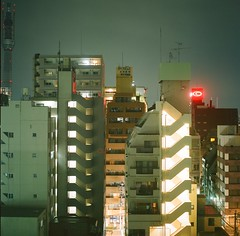 TOKIO · HASSELBLAD (Alvaro Arregui) Tags: film analog asian tokyo lomo asia hasselblad 400 日本 fujifilm nippon 50 provia nihon 503 tokio analogic 東京都 503cx