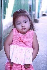 giving us the old shoulder shrug (the foreign photographer - ฝรั่งถ่) Tags: cute girl portraits thailand child bangkok shoulder shrug tanon khlong bangkhen