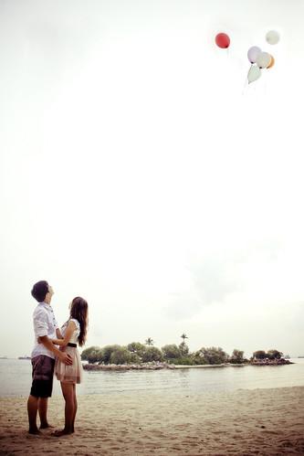 フリー写真素材, 人物, カップル・恋人・夫婦, ビーチ・砂浜, 風船,