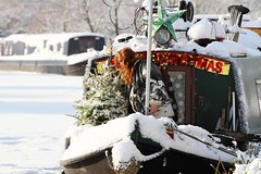 Snow Bound Narrowboat (Paul *) Tags: snow boat canal wiltshire avon narow kennet