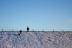 Hulhuizen (riaschouten) Tags: wandelen sneeuw kinderen dijk zon spelen zonnig sleen glijden sleetje dijkglijden