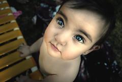 [フリー画像] 人物, 子供, 赤ちゃん, 見上げる, 201101081300