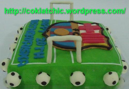 Cake ultah berbentuk lapangan sepak bola lengkdap dengan gawang, plus ...