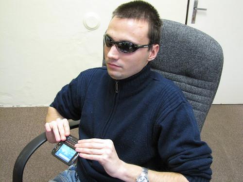 Matěj Plch při práci s mobilním telefonem s Androidem za pomoci odečítače Spiel
