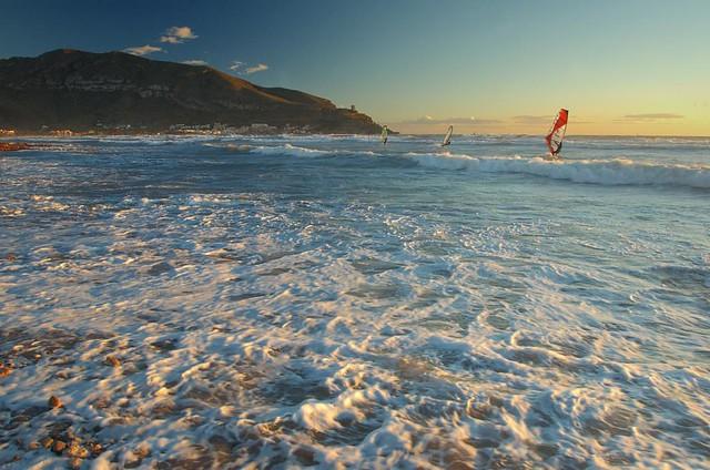 Azohia y windsurfistas