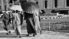 Monks, Chiang Mai (Mehdi LABIDI) Tags: thailand nikon nikkor thailande 18200mm collection1 d90 flickrchallengegroup piouprod thai2010 mehdilabidi collection1bis