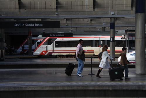 Trenes de cercanías en Sevilla Santa Justa / Flickr: turismoytren