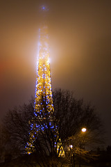 Tour Eiffel (Wallace 74) Tags: light paris france tower fog night torre tour eiffel lumiere luci nebbia francia nuit notte parigi gustave 324