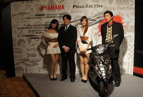 與本土潮牌Pizza Cut Five合作,雙方共同設計聯名車以及聯名T-shirt