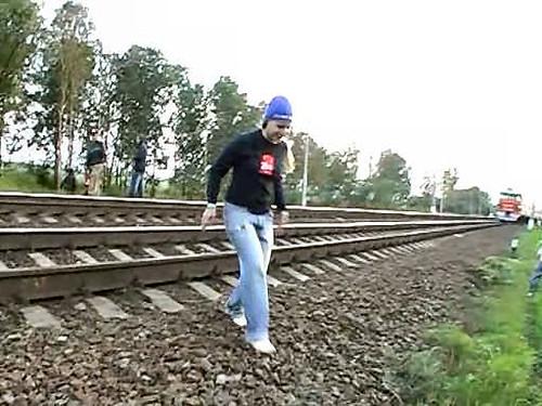 Gadis Ini Nekat Menghadang Kereta Api Maut di Rusia 3212
