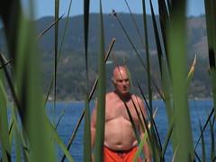 muelle (decercasepixela) Tags: man rio de lago muelle agua desenfoque verano laguna vacaciones bao traje hombre gordo pelado ramas maule vichuquen adulto baarse