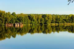 Reflektion (JuliSonne) Tags: boot boote wasser ufer bootskammer see reflektion spiegelung landschaft urlaub ruhe entspannen relaxen friedlich