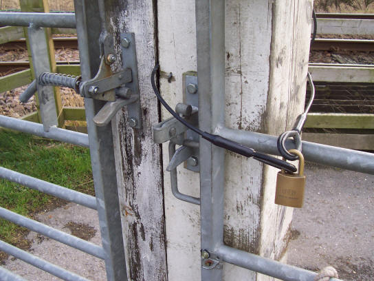 kilham_driffield_railway_crossing_padlock