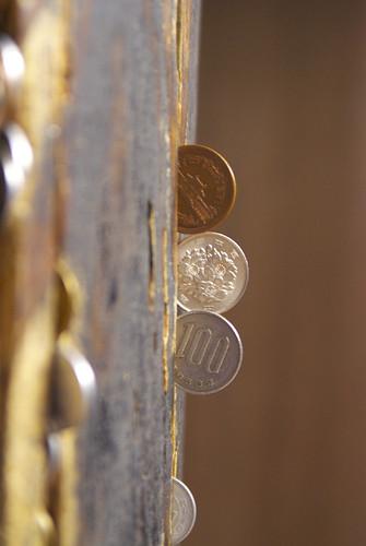 隙間に埋め込まれた小銭