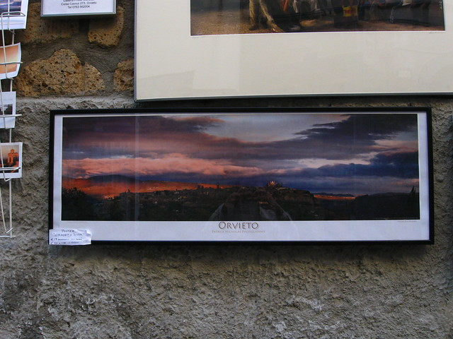 壁に掛けられたオルヴィエートの写真のフリー写真素材