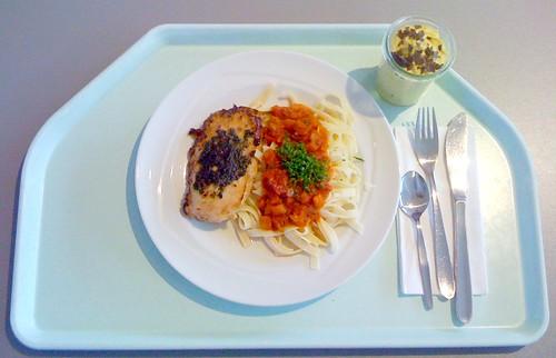 Hühnerbrust mit Basilikumpesto auf Tagiatelle al tomato / Chicken breast with basil pesto on tagiatelle al tomato
