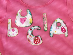 Camiseta 5 letras (Artesanías Vimago Design) Tags: handmade sewing rosa sew nombre patchwork fucsia camiseta letras bordado costura artesanías hechoamano cosido apliques camisetainfantil vimago