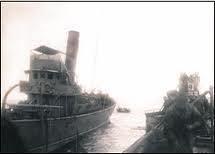 Augusto de Castilho, foto tirada do U-139 quando se afastava do navio. Ao longe vê-se um dos botes salva-vidas