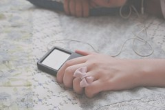 Music is love! (Honey Pie!) Tags: music apple vintage ipod hand ring bow msica mo anel lao 80gm