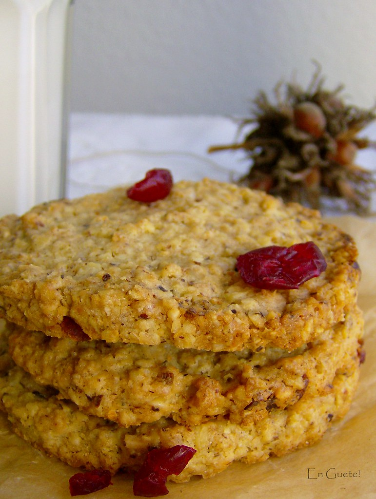 Galletón avena, camberries, avellanas.
