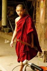 El Petit Buda. (JordiClar..sobre-visc a Barcelona) Tags: myanmar buda monje escoba monjo tunica budista birmania escombra dblringexcellence tplringexcellence eltringexcellence