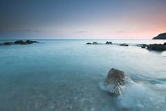 Un verde azulado (Toni Iglesias ) Tags: barcelona playa sitges cala rocas piedras filtro cokin 1116 400d