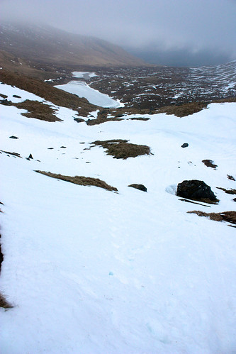 Steep, snowy descent to the lochan