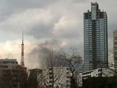 火事の煙が見える。ヘリコプターも飛んでる。