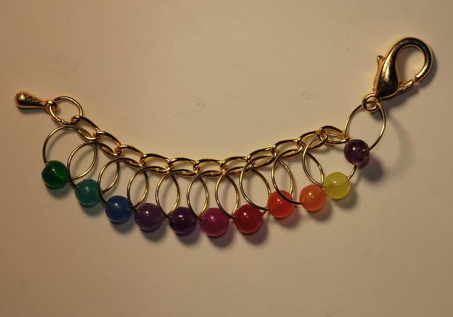 Gullfisk - gullfarget lenke og wire og krok, 10 markører i regnbue - 5 mm, ametyst perle ved kroken     IMG_4689