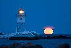 Supermoon (Bryan Hansel) Tags: winter usa moon lighthouse minnesota moonrise mn lakesuperior grandmarais march19 supermoon lunarperigee llmsmngrandmarais